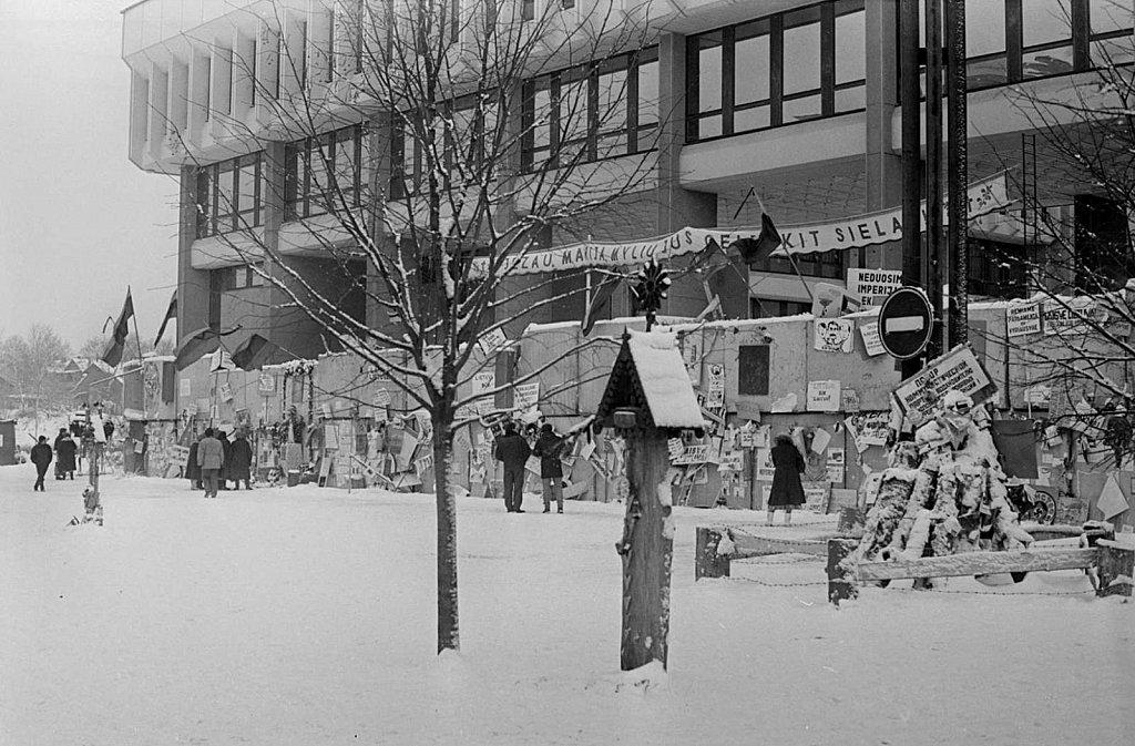 Barikados prie Aukščiausios Tarybos. 1991.02.14. Fot. Aloyzas Petrašiūnas